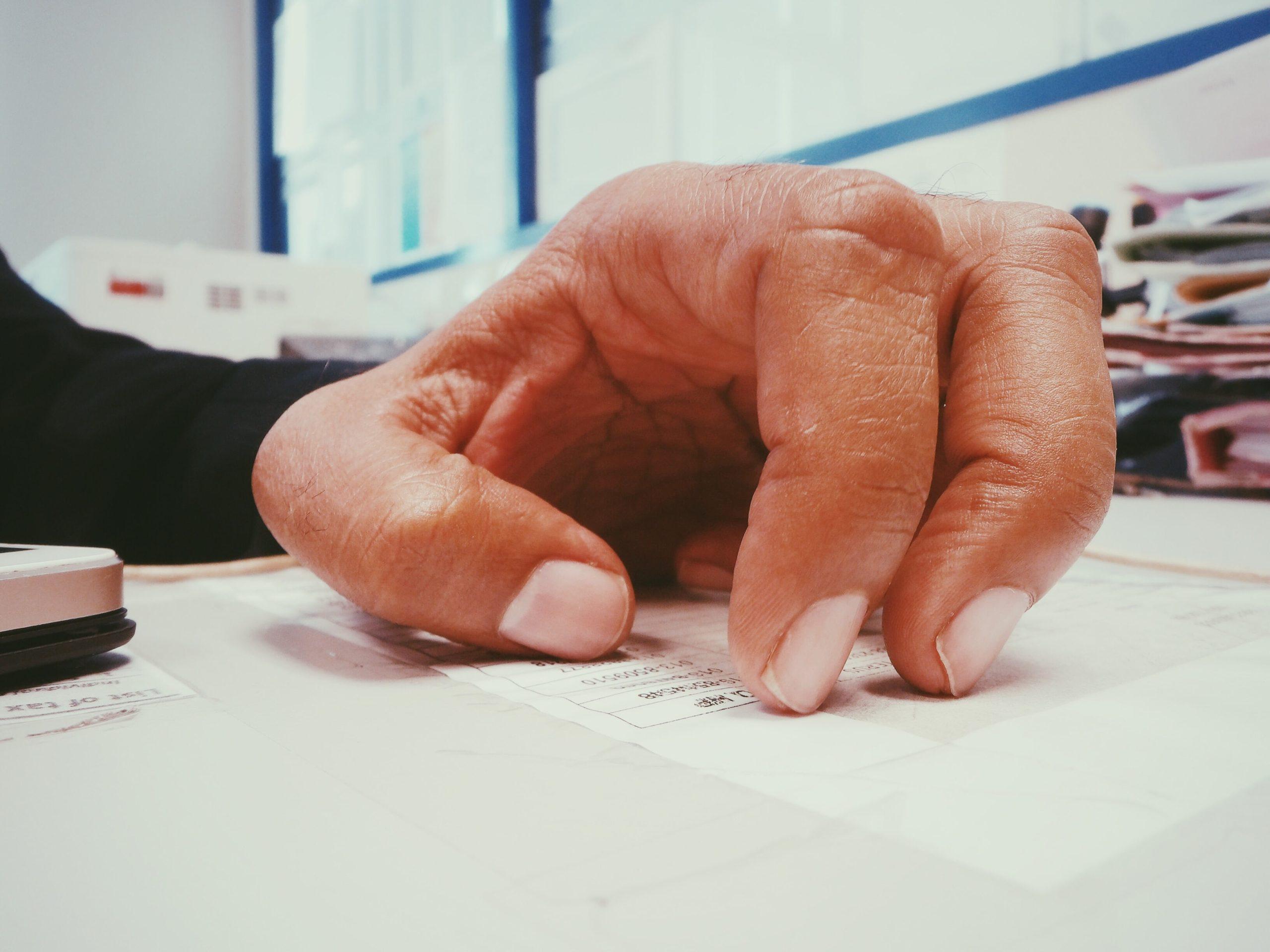 рука на фоне документов