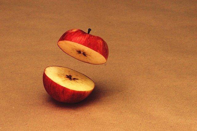 перерезанное пополам яблоко